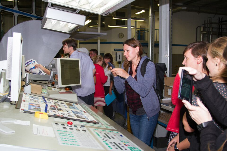 Für viele DIAMIR-Mitarbeiter war es der erste Besuch in einer Druckerei. Das musste natürlich fotografisch festgehalten werden.