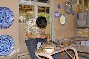 Töpferhandwerk im Ferganatal - hier zu Besuch in einer Werkstatt in Rischtan