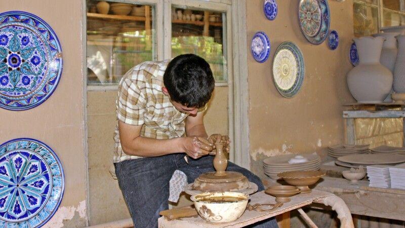 Töpferhandwerk im Ferganatal - hier zu Besuch in einer Werkstatt in Rischtan © Diamir