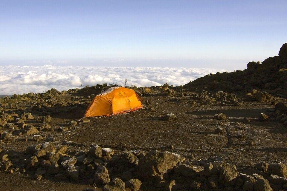 Zelten mit Blick auf ein Wolkenmeer
