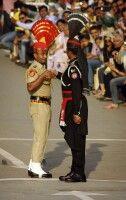 Welch ein Spektakel zur Grenzschließungszeremonie zwischen Pakistan und Indien.