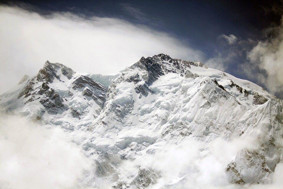 Plötzlich reißen die Wolken auf und der stolze Gipfel des Nanga Parbat kommt zum Vorschein.