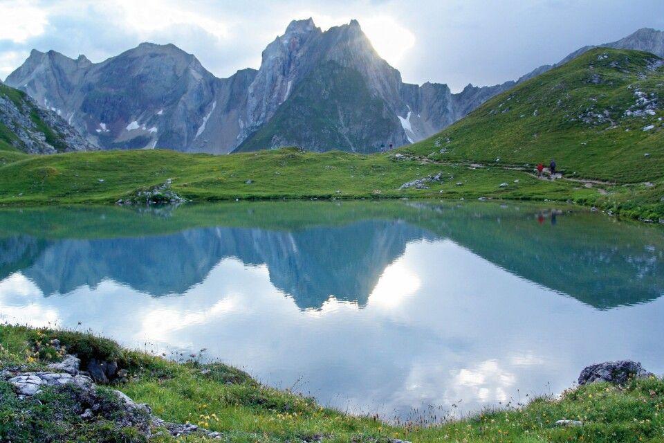 Vorbei an tiefblauen Seen und über grüne Alpenwiesen.