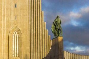 Die Statue von Leif Eriksson vor der Hallgrimskirkja in Reykjavík