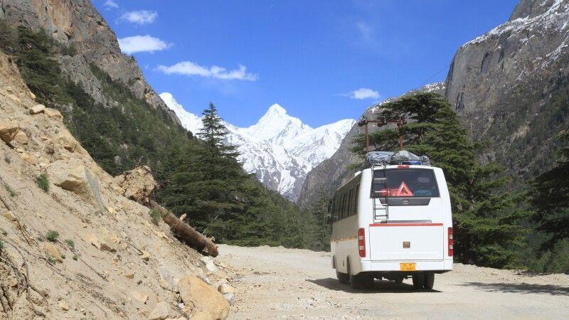 Busfahrt zum Pilgerort Gangotri mit Blick auf die Berggipfel des Garhwal © Diamir