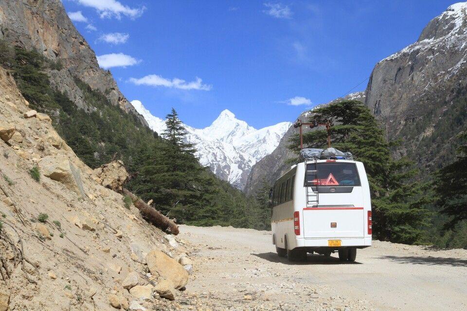 Busfahrt zum Pilgerort Gangotri mit Blick auf die Berggipfel des Garhwal