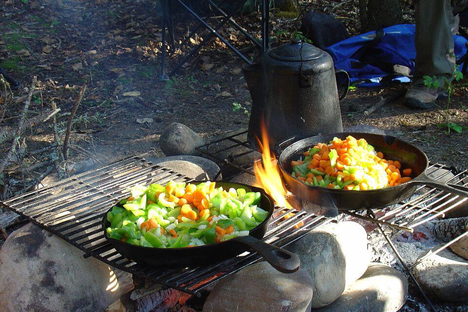 Mahlzeit am offenen Feuer zubereitet