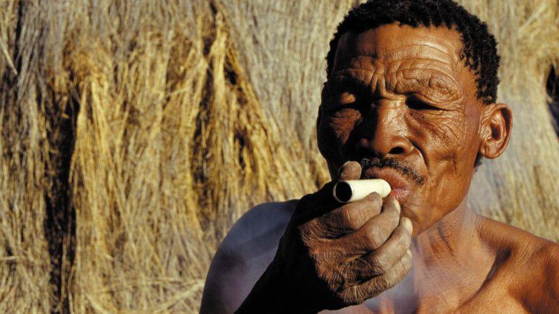 Mann raucht © Diamir