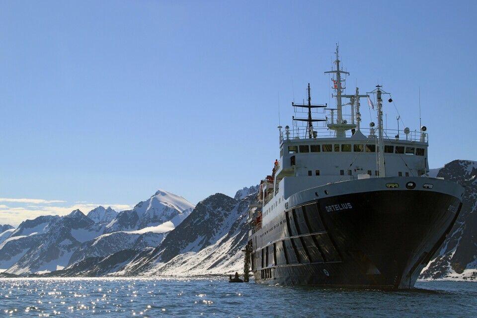 Die Ortelius vor Anker in Spitzbergen