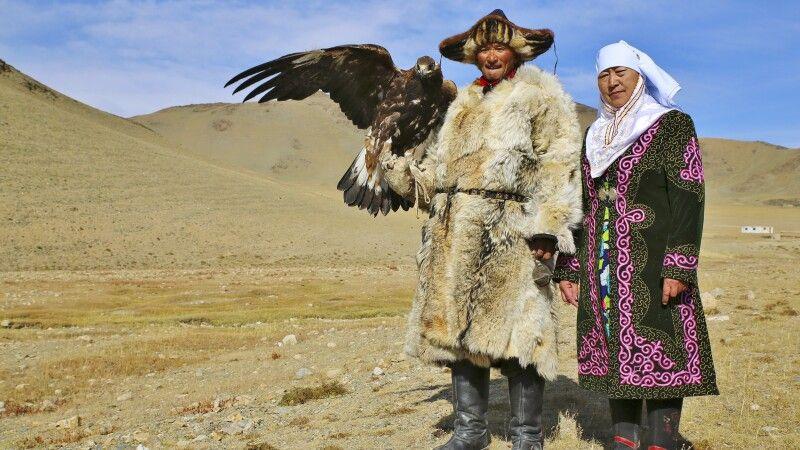 Zu Besuch bei einer Nomadenfamilie die noch die Tradition der Adlerjäger fortführt © Diamir