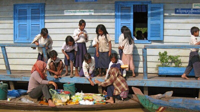 Pausenversorgung der Schulkinder auf dem Tonlé Sap  © Diamir