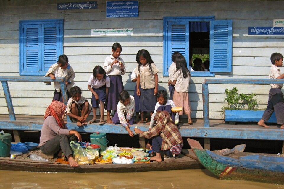 Pausenversorgung der Schulkinder auf dem Tonlé Sap
