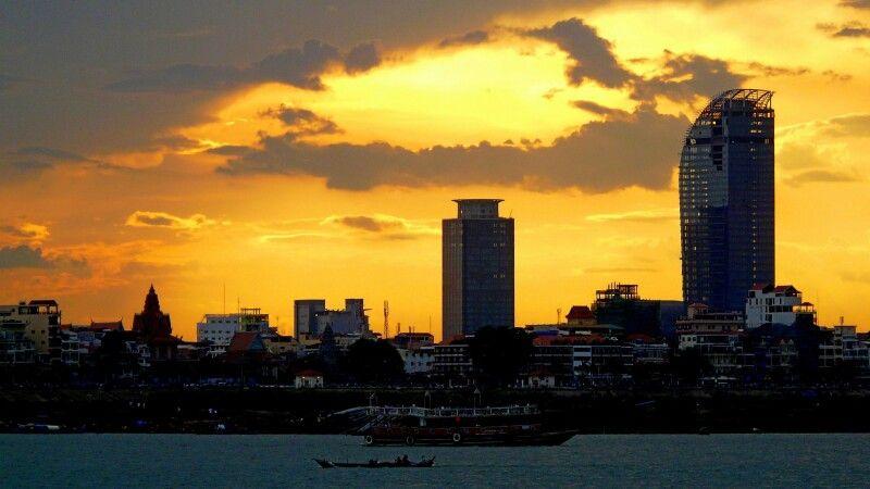 Sonnenuntergang über dem Zentrum Phnom Penhs © Diamir