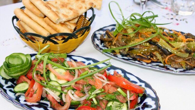 Abendessen im Restaurant in Chiwa - frischer Salat sollte hier zu keiner Mahlzeit fehlen © Diamir