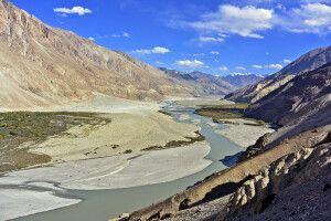 Nubra Valley mit Shyok-Fluss ins Bild fliessend