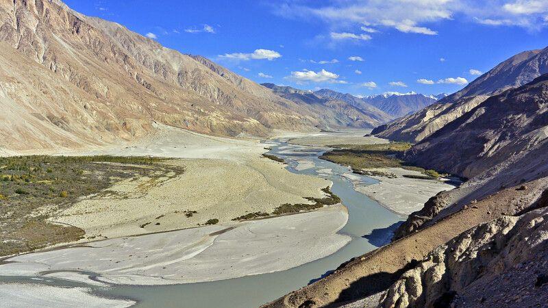 Nubra Valley mit Shyok-Fluss ins Bild fliessend © Diamir