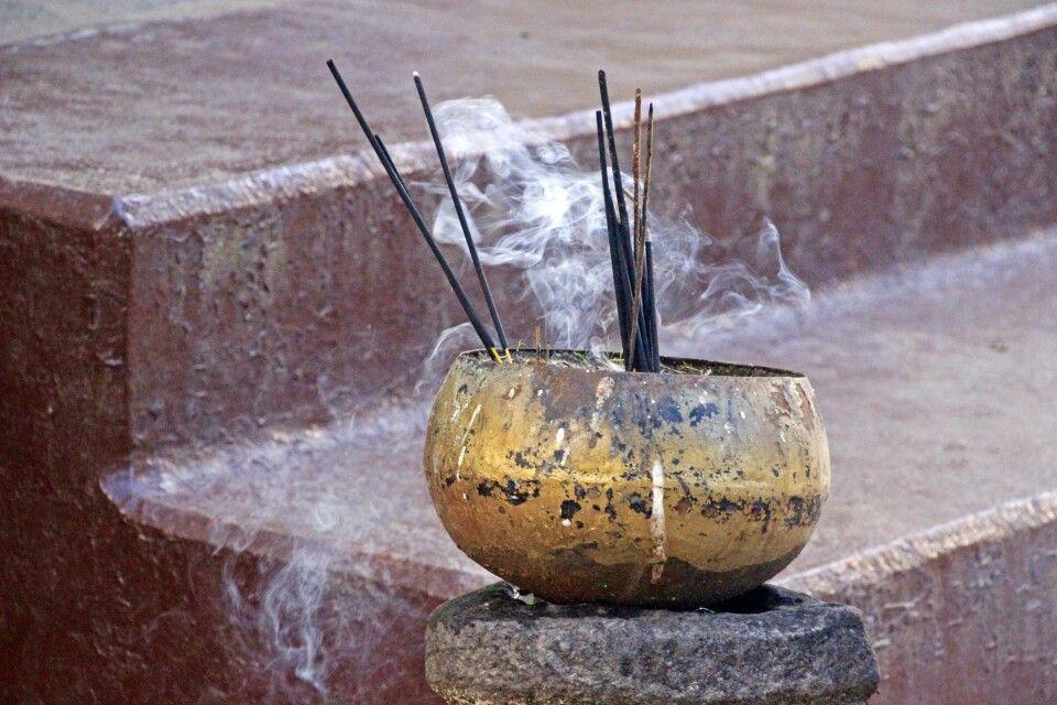 Räucherschale am Tempel