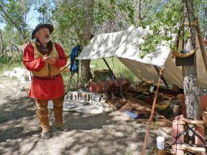Ein Trapper spricht im Fort Laramie über die Geschichte der Einwanderer