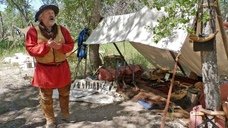 Ein Trapper spricht im Fort Laramie über die Geschichte der Einwanderer © Diamir