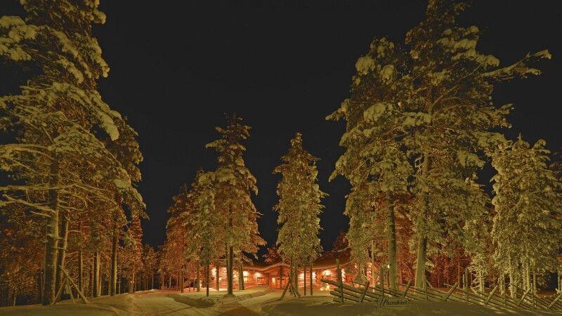 Winterliche Nachtaufnahme der Lodge © Diamir