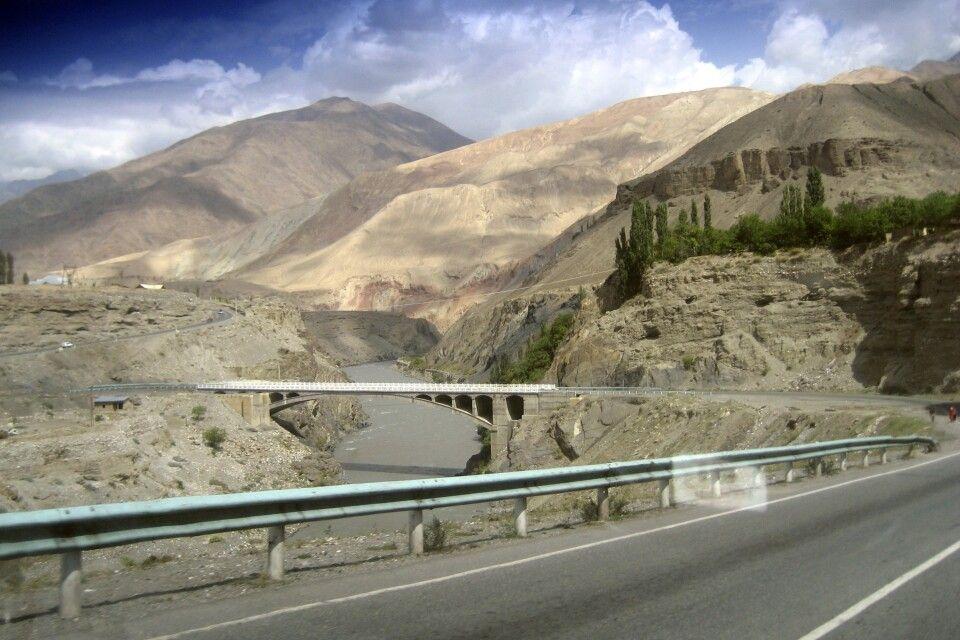 Auf der neuen Straße nach Pendschikent am Abzweig in Robot – nach links (Südwesten) zum Iskanderkul