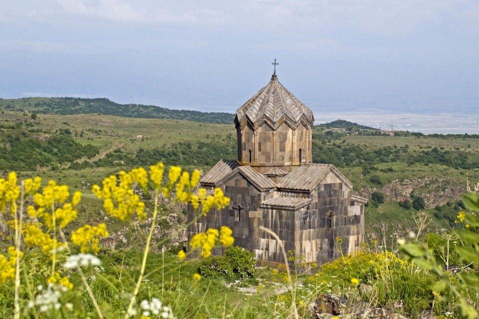 Kleine Kapelle im Aragats-Hochland