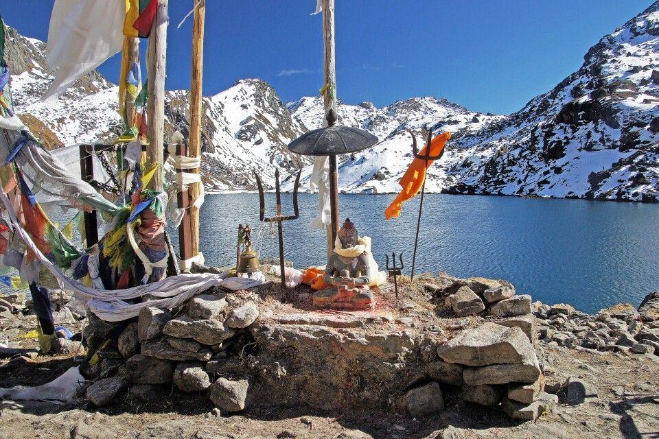 Shiva-Heiligtum am Gosainkund-See