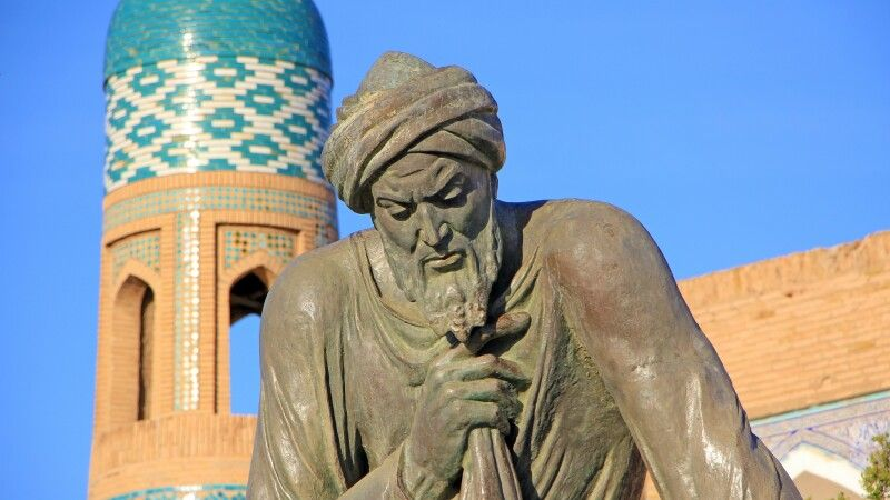 Der Mathematiker Al-Khorezmi vor der Altstadt von Chiwa © Diamir