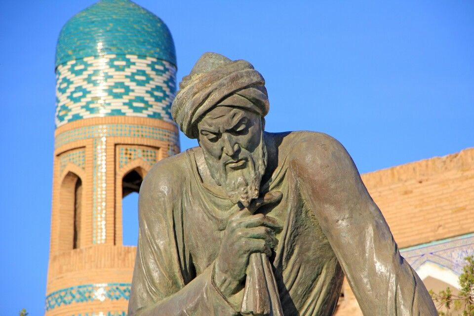 Der Mathematiker Al-Khorezmi vor der Altstadt von Chiwa