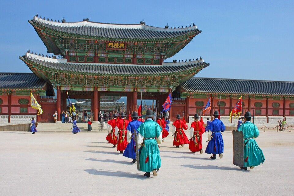 Farbenfrohe Zeremonie zur Wachablösung am Kaiserpalast in Seoul