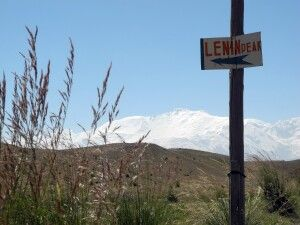 In der Ferne grüßt der Gipfel des Pik Lenin.
