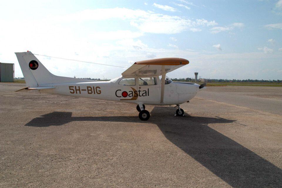 eine Cessna 206 auf dem Flughafen in Daressalam