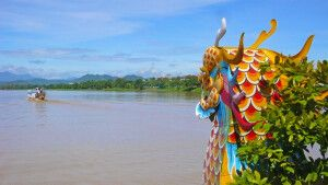 Drachenboot auf dem Parfümfluss in Hue