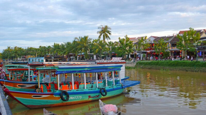 Fluss in der Mitte der malerischen Innenstadt von Hoi An © Diamir