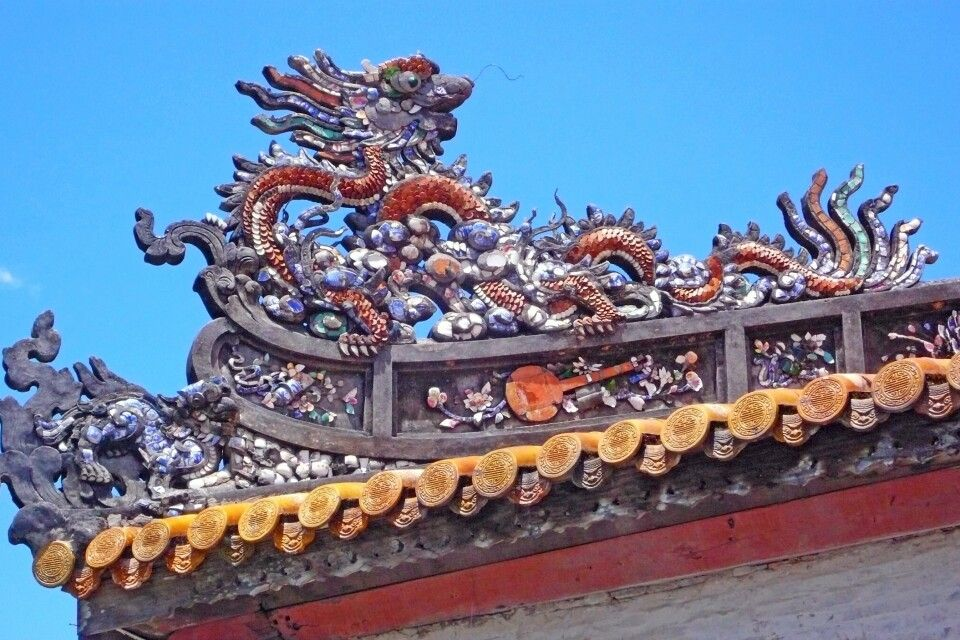 Dachverzierungen aus Mosaik am Gebäude der Bibliothek im Kaiserpalast in Hue