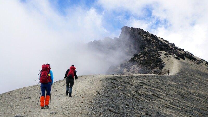 Am Guagua Pichincha entlang des Randes der Caldera zum Gipfel © Diamir
