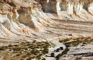 kleine Jeeps in großartiger Landschaft Yangisuw
