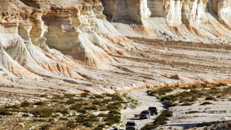 kleine Jeeps in großartiger Landschaft Yangisuw © Diamir