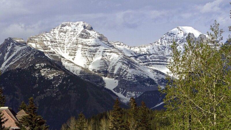 Berggipfel über den Häusern von Banff © Diamir