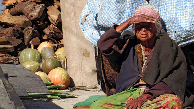 Ältere Frau in einem Dorf in Nepal © Diamir