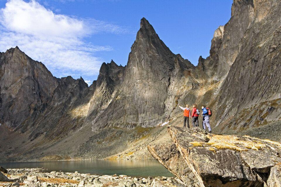 Wanderer genießen wunderbaren Ausblick im Tombstone Territorial Park