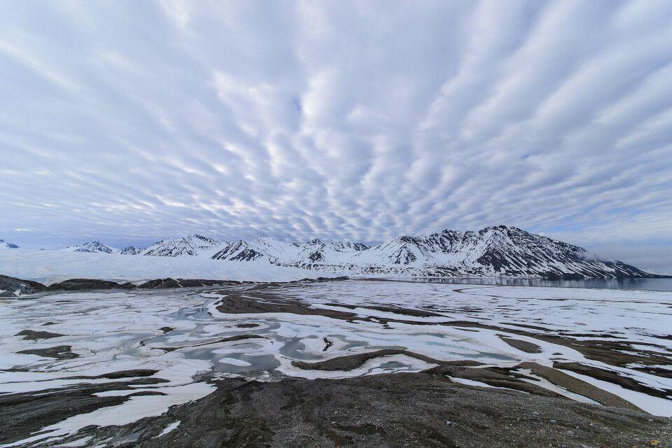 Wolken- und Wassermäander in der Engelskbukta