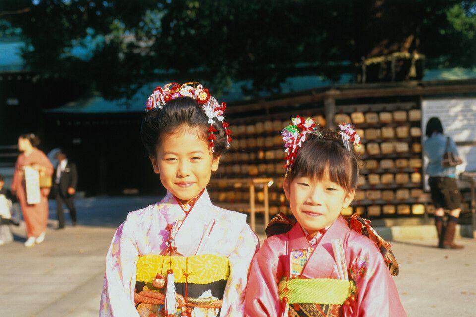 Mädchen auf einer Hochzeit im Meiji Schrein, Tokyo, Honshu, Japan