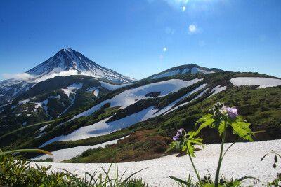 Schneebedeckte Vulkanhänge