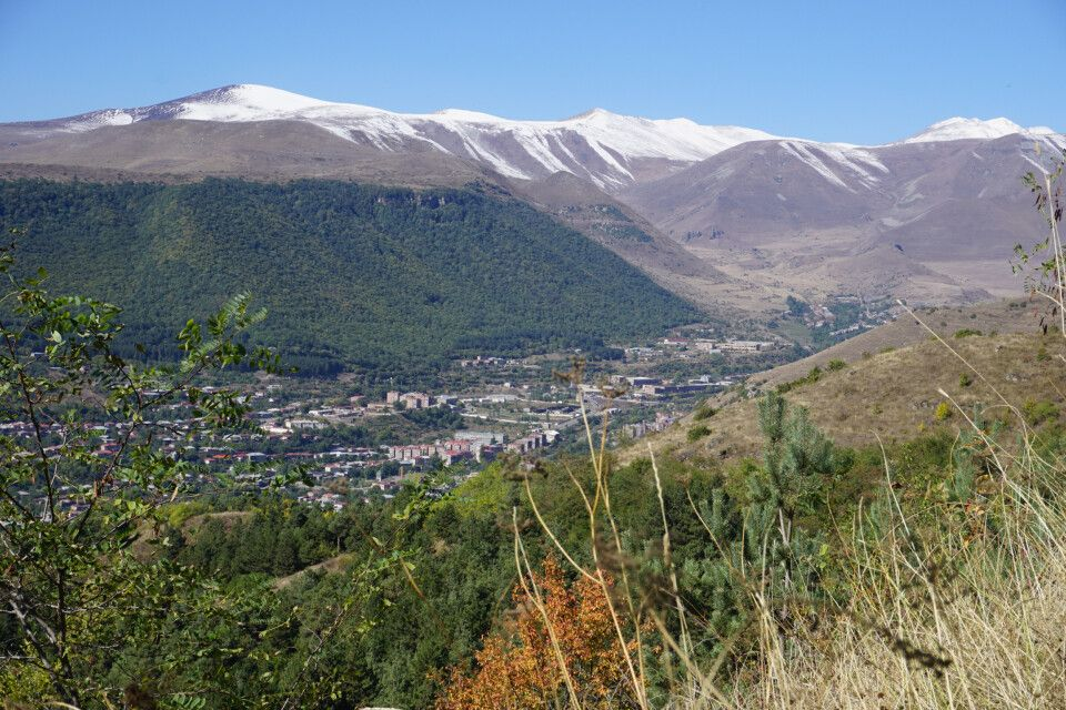 Blick auf Goris mit Bergkette