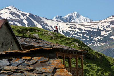 Herrliche Bergkulisse mit Wanderer
