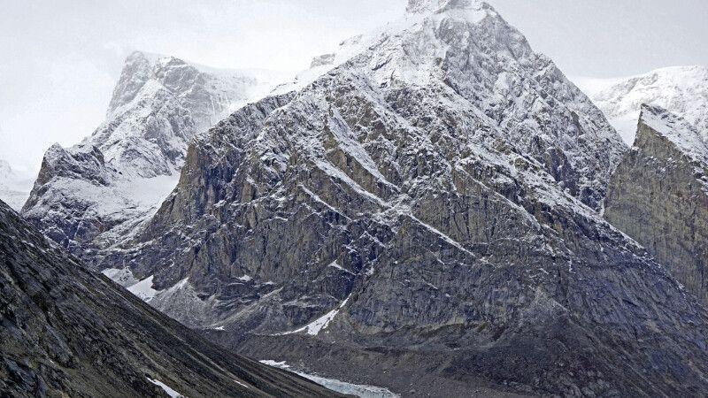 Erster Schnee und leichter Nebel geben den Bergen einen mystischen Anblick © Diamir