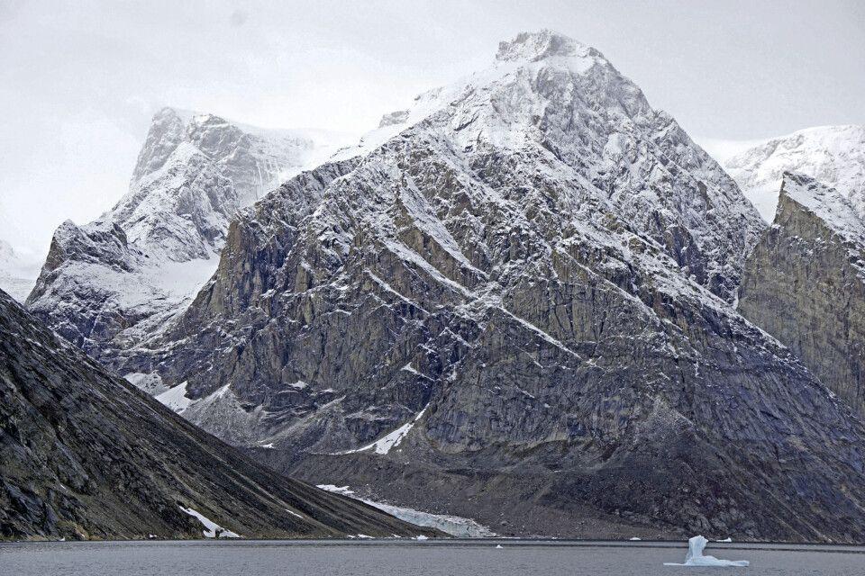 Erster Schnee und leichter Nebel geben den Bergen einen mystischen Anblick
