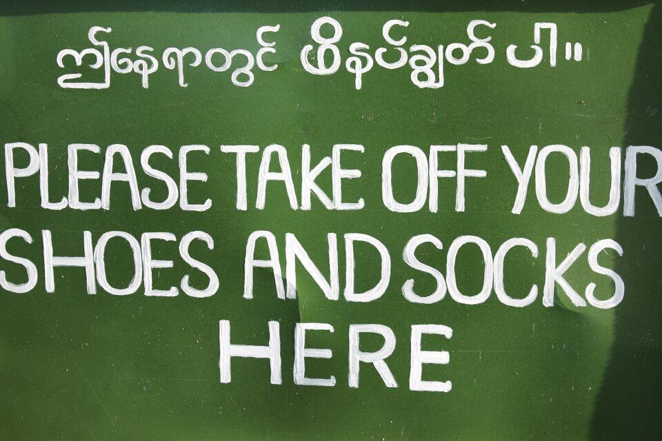 """In Myanmar heißt es """"Schuhe aus"""" beim Besuch aller Tempel und Pagoden."""