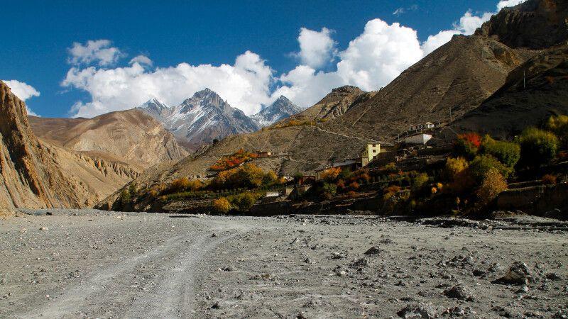 Kontrastreiche Landschaften im Lupra-Tal © Diamir